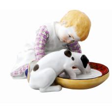 Ребенок выпивая с собакой, красочно staffiert, H 9 см